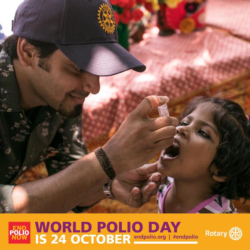 Bild på en rotarian som ger ett barn poliovaccin
